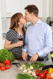 Het jonge paar kussen in hun keuken Royalty-vrije Stock Fotografie