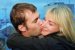 Het jonge paar kussen op dak Stock Afbeeldingen