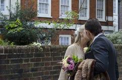 Het jonge paar kussen op de straat Royalty-vrije Stock Foto