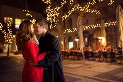 Het jonge paar kussen op de straat stock foto's