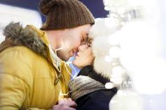 Het jonge paar kussen op straat stock afbeeldingen