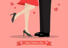 Het jonge paar kussen op valentijnskaart` s dag Stock Afbeeldingen