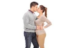 Het jonge paar kussen op witte achtergrond stock fotografie