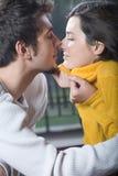 Het jonge paar kussen, in openlucht Royalty-vrije Stock Afbeeldingen