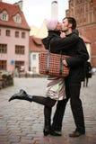 Het jonge paar kussen in stad Stock Afbeeldingen