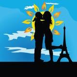 Het jonge paar kussen voor de toren Royalty-vrije Stock Foto's