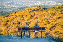 Het jonge Paar let op Zonsondergang royalty-vrije stock foto