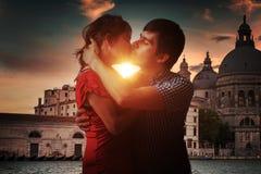 Het jonge paar in liefde kust in Venetië in Italië royalty-vrije stock afbeeldingen