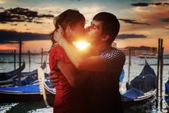 Het jonge paar in liefde kust in Venetië in Italië stock fotografie