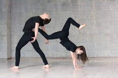 Het jonge paar maakt acrobatisch element royalty-vrije stock afbeelding