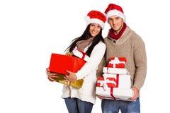 Het jonge paar met vele Kerstmis stelt voor Stock Foto's