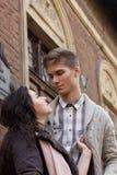 Het jonge paar neemt elkaar door de handen op de straat Royalty-vrije Stock Afbeelding