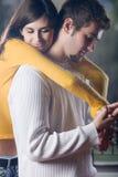 Het jonge paar omhelzen Stock Afbeeldingen