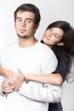 Het jonge paar omhelzen Stock Afbeelding