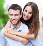 Het jonge paar omhelzen royalty-vrije stock foto