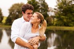 Het jonge paar omhelzen Stock Foto