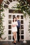 Het jonge paar omhelzen Romantische verhouding stock afbeeldingen