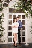 Het jonge paar omhelzen Romantische verhouding stock afbeelding