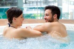 Het jonge paar ontspannen in Jacuzzi royalty-vrije stock afbeeldingen