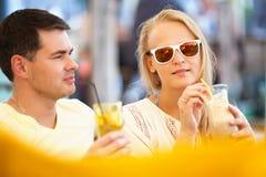 Het jonge paar ontspannen met het verfrissen van dranken Stock Foto