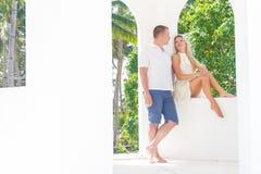 Het jonge paar ontspannen op zand tropisch strand op blauwe hemel Royalty-vrije Stock Afbeelding