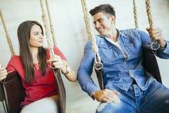 Het jonge paar ontspannen in schommeling royalty-vrije stock foto