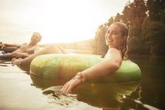 Het jonge paar ontspannen in water op een de zomerdag Stock Afbeeldingen