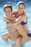 Het jonge Paar Ontspannen in Zwembad samen stock foto's