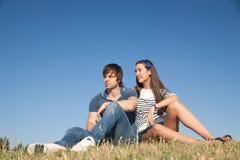 Het jonge paar ontspant in park Royalty-vrije Stock Foto's