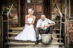 Het jonge paar op de oude portiek bereidt diner voor Royalty-vrije Stock Afbeeldingen