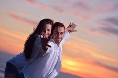 Het jonge paar op strand heeft pret Stock Fotografie
