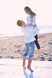 Het jonge paar op strand heeft pret Stock Foto's