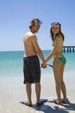 Het jonge paar op strand snorkelt Stock Afbeelding