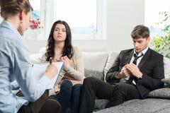 Het jonge paar raadpleegt bij de psycholoog Royalty-vrije Stock Afbeeldingen