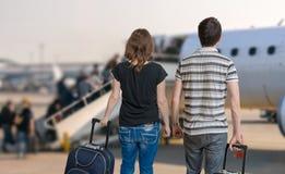 Het jonge paar reist op vakantie Man en vrouw met bagage in luchthaven stock afbeeldingen