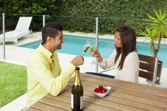Het jonge paar roosteren met champagne royalty-vrije stock foto's