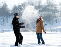 Het jonge paar spelen met sneeuw Stock Fotografie