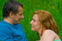 Het jonge paar spreken Royalty-vrije Stock Foto's