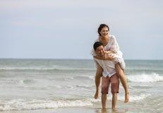Het jonge paar stellen bij het Strand van China in Danang in Vietnam Royalty-vrije Stock Afbeelding