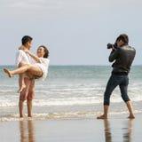 Het jonge paar stellen bij het Strand van China in Danang Vietnam Stock Afbeelding