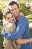 Het jonge paar stellen in park Stock Foto