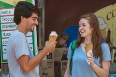 Het jonge Paar treft voorbereidingen om Wafelkegels bij de Zomerfestival te eten royalty-vrije stock foto