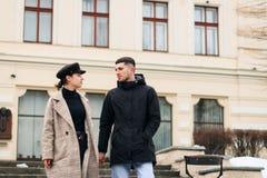 Het jonge paar van minnaars wandelt in de koele de winterochtend op de stadsstraten stock foto
