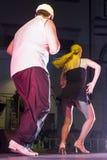 Het jonge paar van salsadansers presteert in publiek stock afbeelding