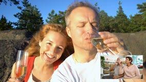 Het jonge Paar verbond aan hun Bejaarde Ouders Gebruikend Video de Vraagcamera en het Drinken Champagne van Smartphone stock footage