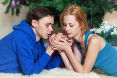 Het jonge paar viert Kerstmis Royalty-vrije Stock Afbeeldingen