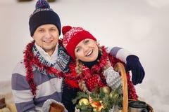 Het jonge paar in warme sweaters in de winter bekijkt omhoog de hemel stock afbeelding