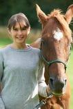 Het jonge Paard van de Vrouwenholding op Gebied Stock Afbeelding