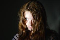 Het jonge portret van de tienerclose-up met verschillende emoties stock foto's
