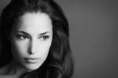 Het jonge portret van de vrouwenschoonheid in zwart-wit Royalty-vrije Stock Fotografie